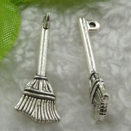 1 stuks tibetaans zilveren bedel van een bezem 27 x 9mm