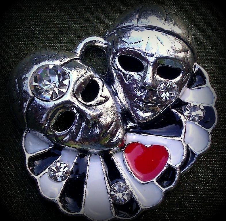 Per stuk metalen hanger masker/pierrot/hoofden zwart en rood hartje epoxy met strass 43 mm