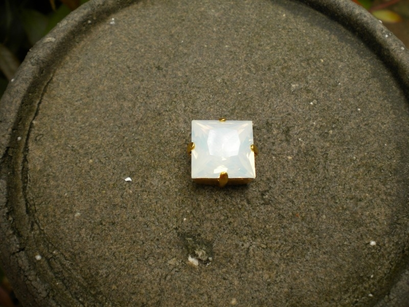 Goudmetalen houder met Swarovski steen opal wit 10mm