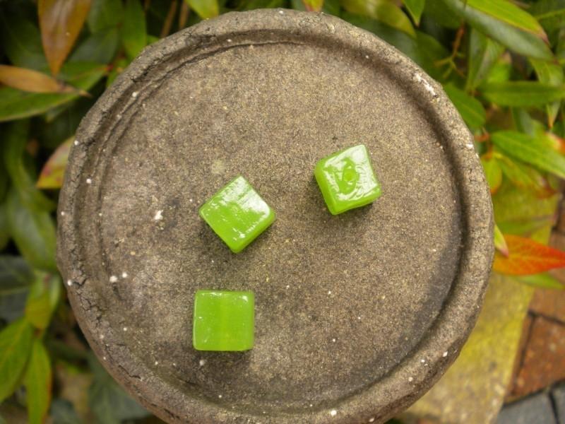 10 x Mooie kubus glaskraal 12mm melk groen