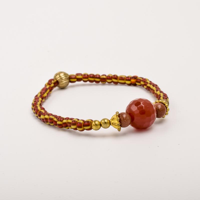 Per stuk Prachtige kralenarmband rood-bruin/geel/goud met elastiek, voorzien van mooie edelsteen