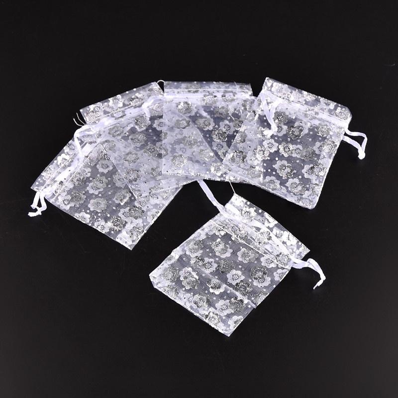 c.a. 100 stuks organzazakjes 7x9cm wit met zilveren bloemen