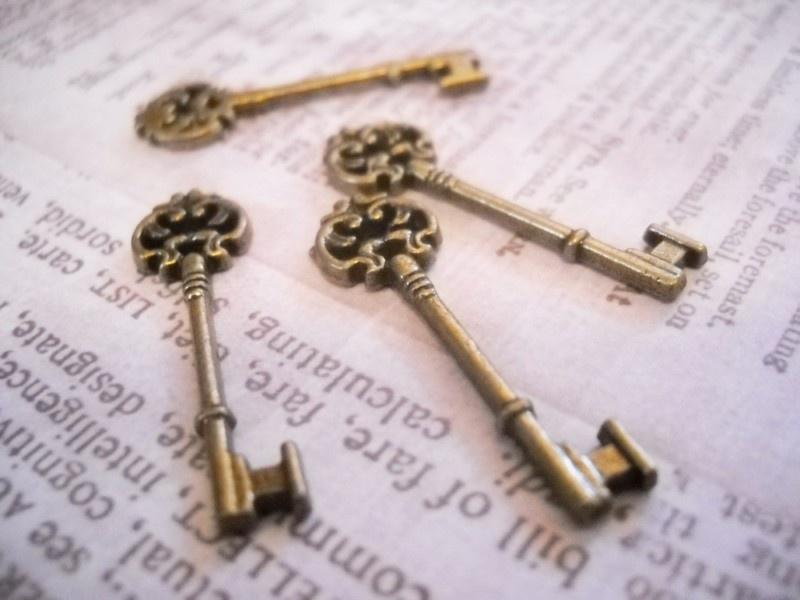 4 x bedel sleutel 30 x 9 x 2,5mm van Tibetaans Zilver geel koper kleur