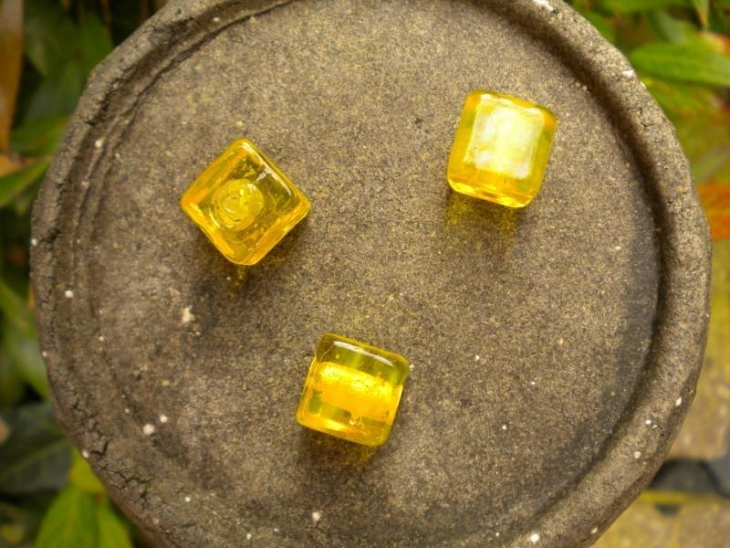Mooie kubus glaskraal 12mm geel