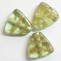 Per stuk Glaskraal driehoek l.groen met goud versierd 16 mm