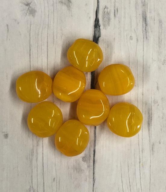 10 Stuks mooie mais gele  glaskraal met een bijzondere vorm 11mm gat 1mm