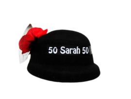 Sarah hoed met roos