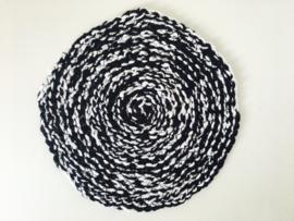 vloerkleed poppenhuis zwart wit gehaakt