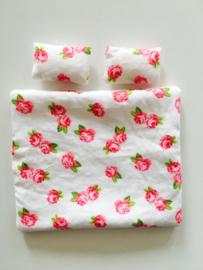 Poppenhuis dekbedje + hoofdkussens wit roze roosjes