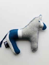 Wollen paardje blauw grijs wit