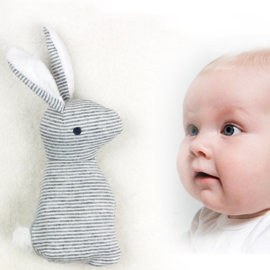 konijntje rammelaar met belletje, piepje en knisperoortjes grijs