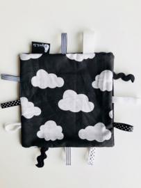 labeldoekje zwart wit clouds