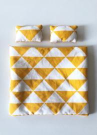 Poppenhuis dekbedje + hoofdkussens oker wit triangel print
