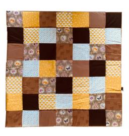 Speelkleed boxkleed 100 x 100 cm patchwork veertjes luipaard barok print camel okergeel en wit