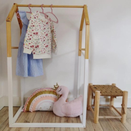 Kledingrek Kinderkamer Mini Garderobe huisje in wit en hout - scandinavische stijl