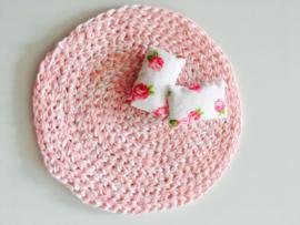 vloerkleed poppenhuis roze wit gehaakt