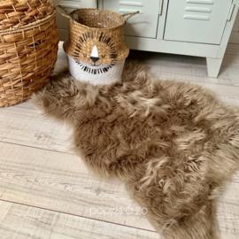 Fluffy taupe / zand vloerkleed imitatiebont hoogpolig 90 x 60 cm