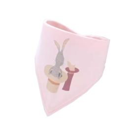 Bandana bib kwijlsjaaltje konijn in de hoed roze