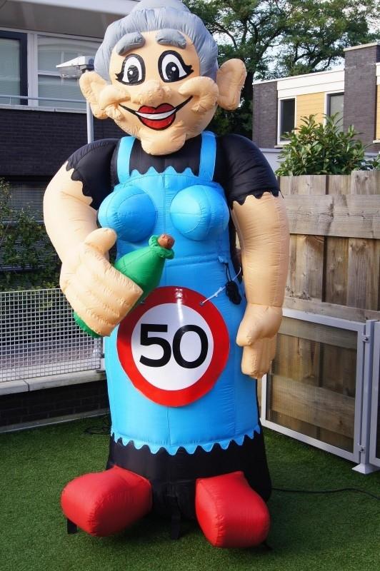 Sarah opblaas figuur 50 jaar 3 mtr hoog.