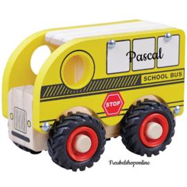 Houten schoolbus met  naam en rubberen wielen
