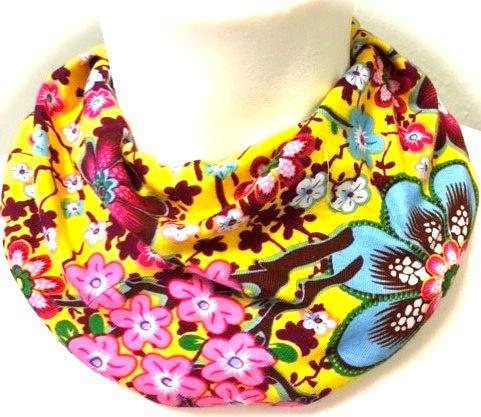 Geel sjaal met bloemen
