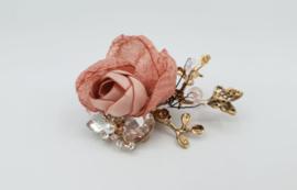 rosé kleurige broche roze stoffen bloen