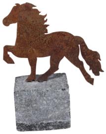 Karlslund  Decoratief paard, verroest staal op granieten rots.