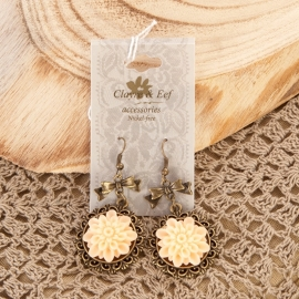 brocante oorbel - met bloem in zalmrose
