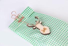 Papieren zakje met clip en houten gadget