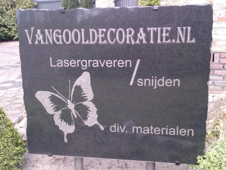 steen vangooldecoratie.nl staat in de tuin.jpg