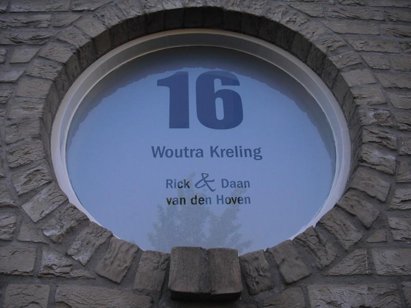 Etched glass raamfolie rond met huisnummer en naam