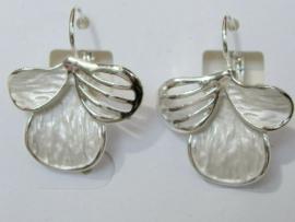 Prachtige oorbellen wit/zilverkleur met goede sluiting