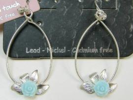 Zilverkleurige oorbellen met blauw roosje