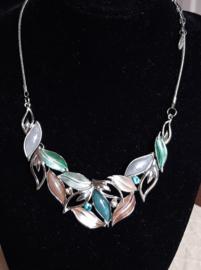 Zilverkleurige mode ketting met div. kleuren mooi in V hals