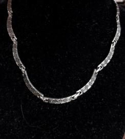 Zilverkleurige ketting met Griekse reliëf