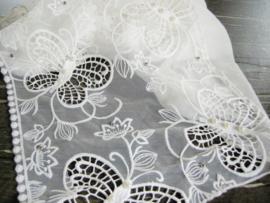 Witte sjaal met vlinderpatroon onderkant kant en kralen