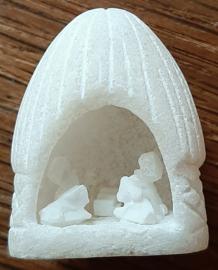 Klein wit grotje met kerstgroepje van speksteen