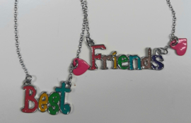 Best Friends hangers aan zilverkleurige kettingen