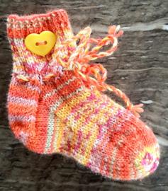 Stoer cadeau handgebreide sokjes met koordje vanaf 6 mnd