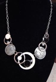 De nieuwste mode ketting zilverkleur met grijs/zwart en gebroken wit