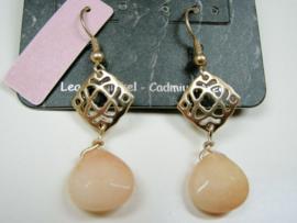 Goudkleurige oorbellen met geslepen glazen steentje in l. zalm