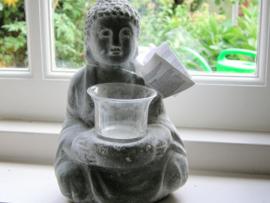 Bouddha in grijs beton met waxlichtbrander