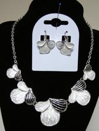 Zilverkleurige ketting met witte blaadjes en bijpassende oorbellen