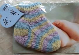 Babysokjes handgebreid in geel/roze en blauw