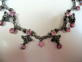 Fijne zilverkleurige ketting met roze swarovski steentjes
