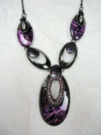 Antraciet grijze ketting met paars parelmoer + hanger