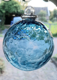 Mond geblazen bol van glas in blauw 8 cm