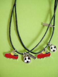 Best Friends voetbalschoen/bal hangers aan zwarte kettingen