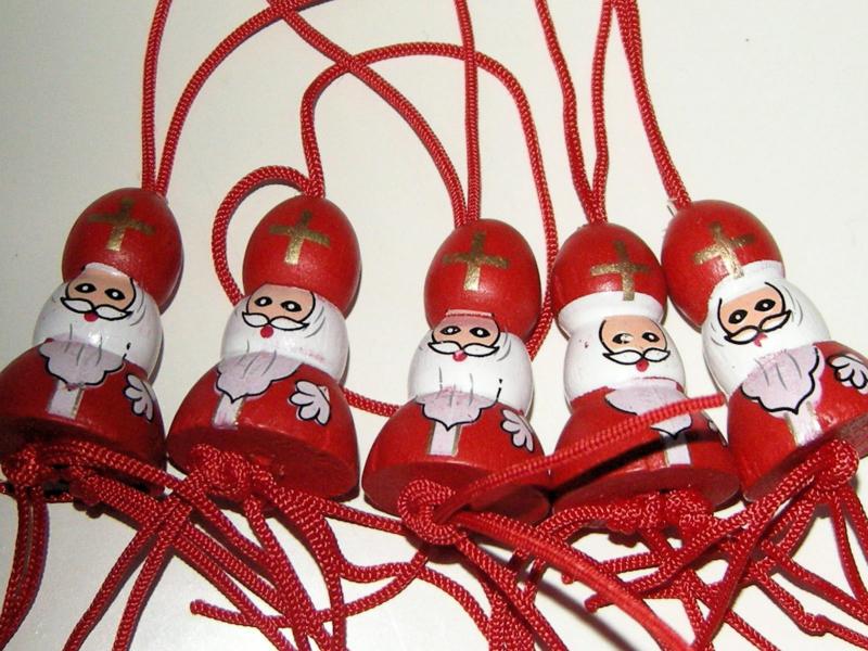 Houten Sinterklaasje met lusje per 10 stuks