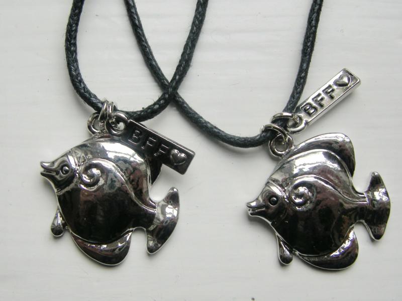 2 zilverkleurige vissen Best Friends hangers + 2 zwarte veter kettingen